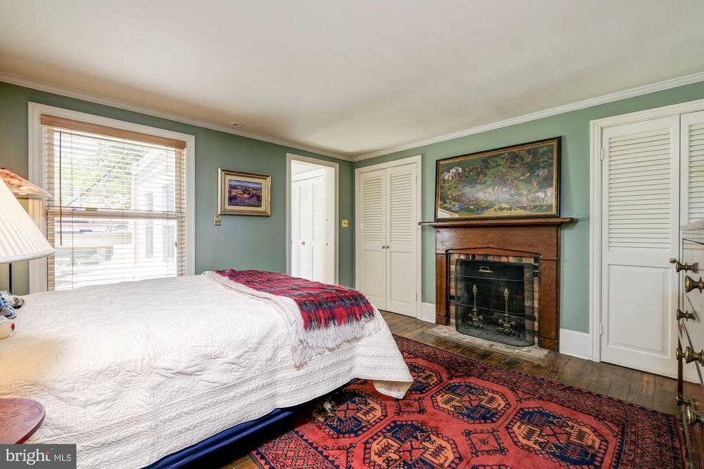 Bedroom in main house - 529 4TH ST SE, WASHINGTON