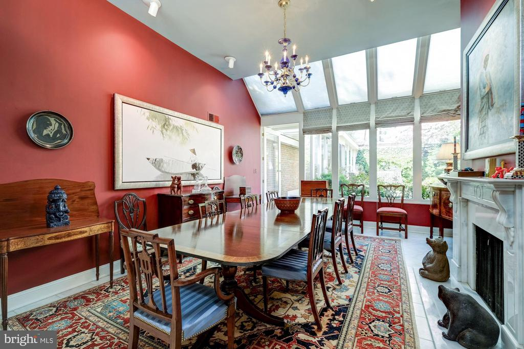 Voluminous dining room with wall of windows - 529 4TH ST SE, WASHINGTON