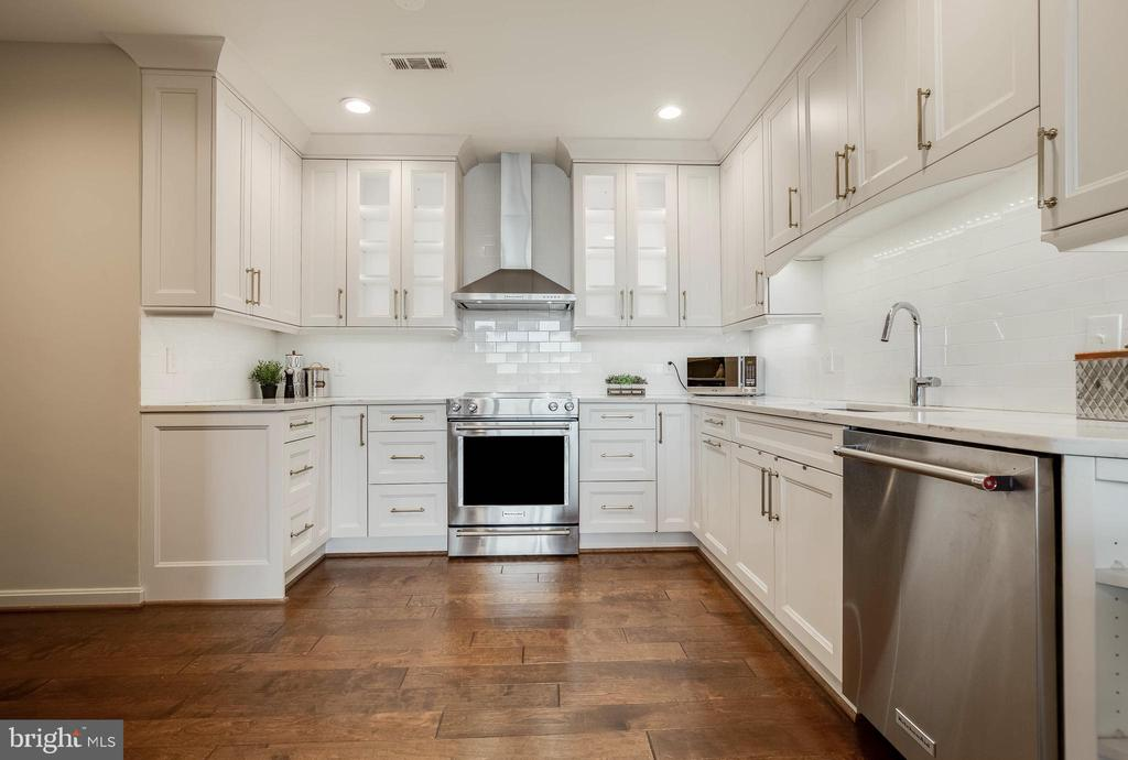 Remodeled, Light-filled, Open Kitchen - 1300 CRYSTAL DR #PH14S, ARLINGTON
