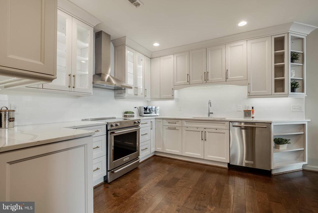 Kitchen has Ample Cabinet Space - 1300 CRYSTAL DR #PH14S, ARLINGTON