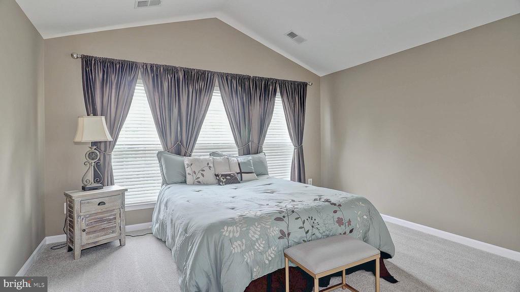 Master Bedroom, vaulted ceiling - 43262 LECROY CIR, LEESBURG