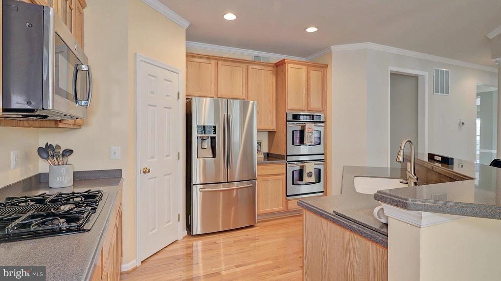 Gourmet Kitchen, hardwood floor, crown molding - 43262 LECROY CIR, LEESBURG