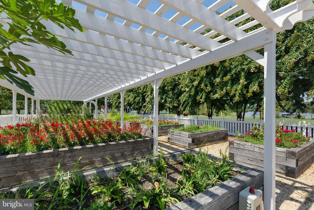 A pergola shades half of the raised beds - 15270 HATTON LANDING DR, NEWBURG