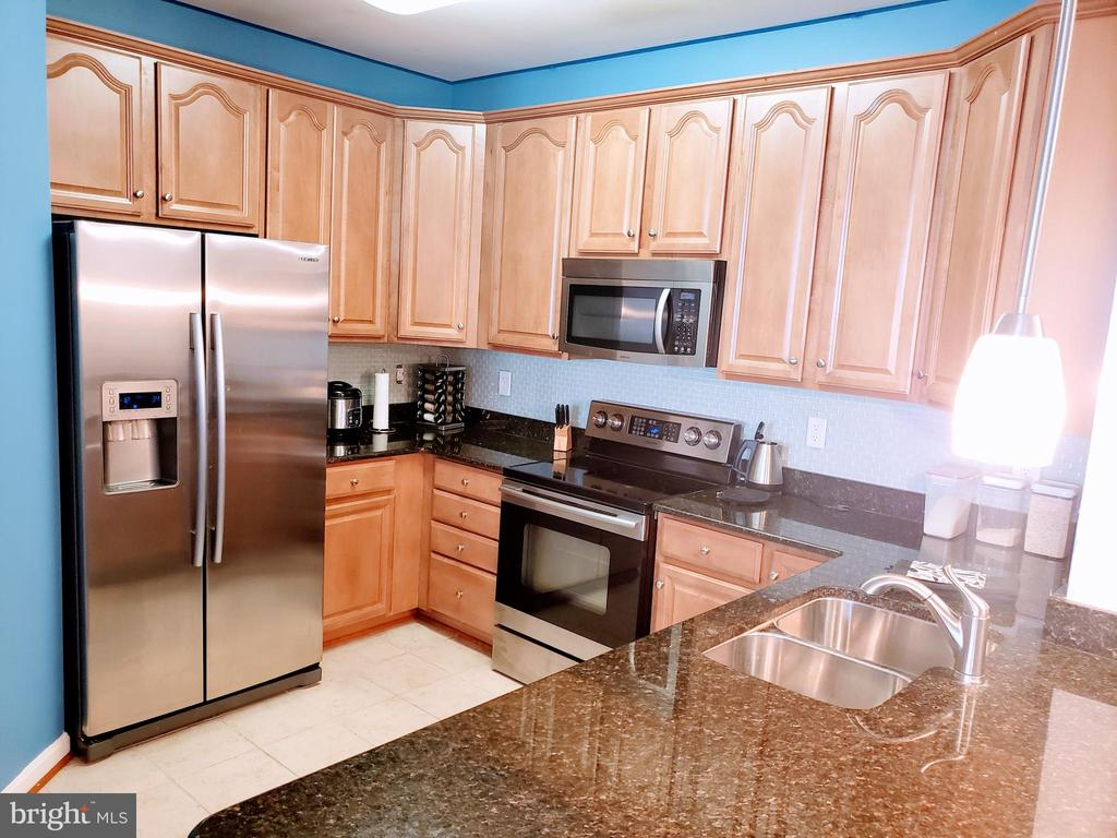 Kitchen offers abundant cabinets - 24701 BYRNE MEADOW SQ #302, ALDIE