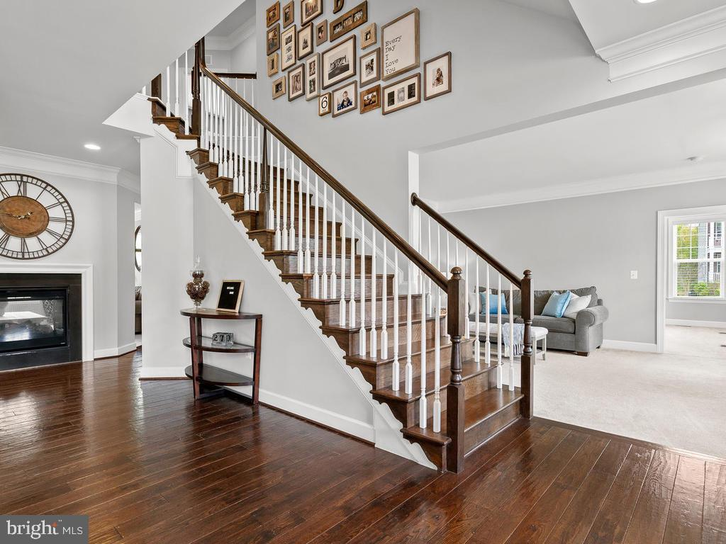 Stunning entryway with beautiful wood staircase - 41532 BLAISE HAMLET LN, LEESBURG