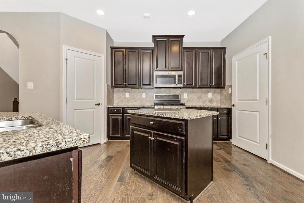 Gourmet Eat-In Kitchen w/ Dark Maple Cabinets - 1287 DRYDOCK ST, BRUNSWICK