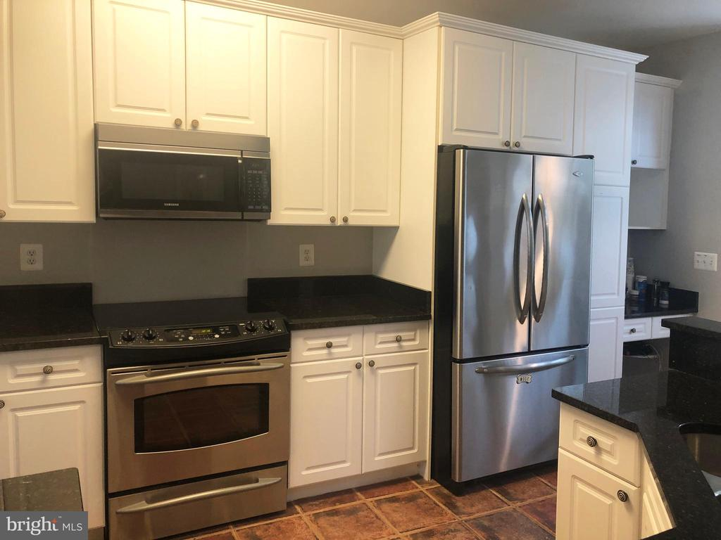 cook top  stove with plenty of cabinet space - 12222 DORRANCE CT, RESTON