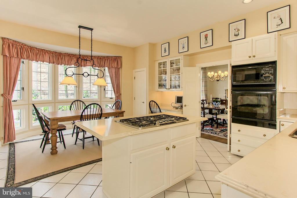 Chef's Kitchen with Bay Window and Breakfast Bar - 4125 PARKGLEN CT NW, WASHINGTON