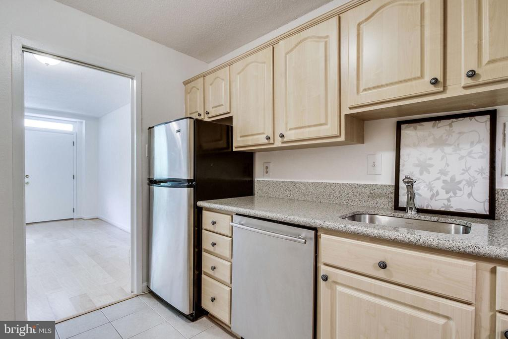 Stainless fridge and dishwasher, light cabinets - 2030 N ADAMS ST #208, ARLINGTON