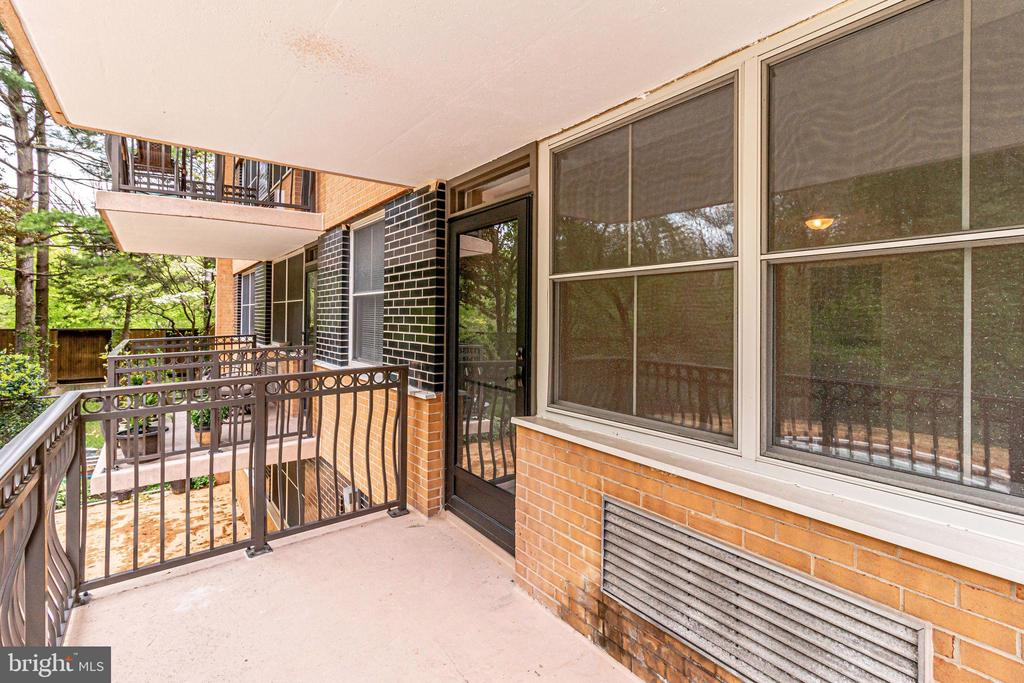 Outdoor balcony space to enjoy the greenery - 2030 N ADAMS ST #208, ARLINGTON