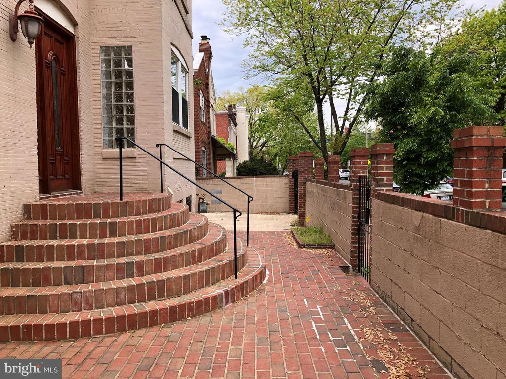 Main level entrance - 656 9TH ST NE, WASHINGTON