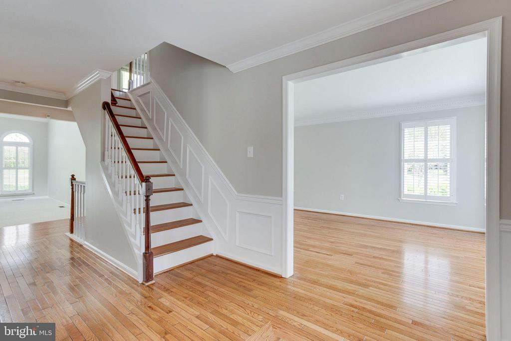 LOOK at those NEWLY REFINISHED Hardwoods! - 2106 ROBIN WAY CT, VIENNA