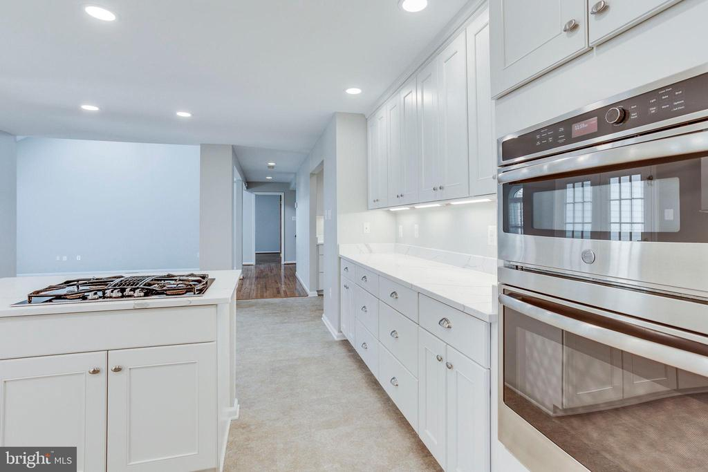 Built in ovens! - 2106 ROBIN WAY CT, VIENNA