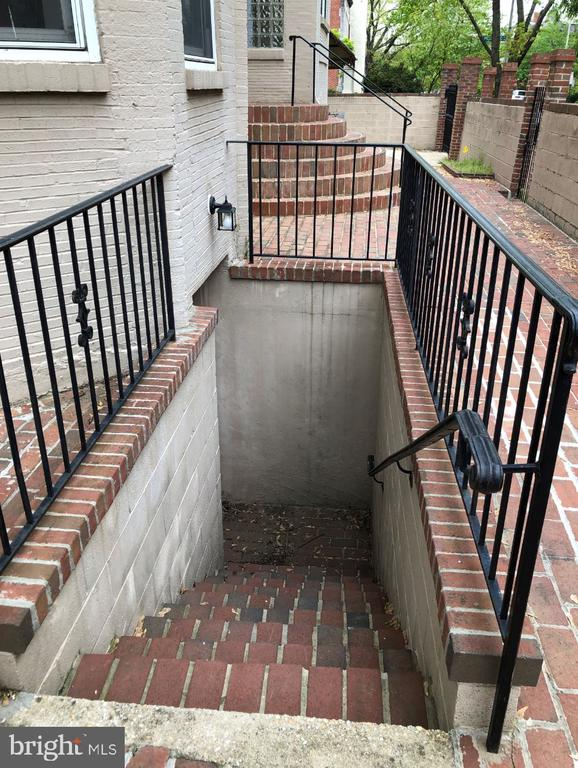 Private entrance for the basement level - 656 9TH ST NE, WASHINGTON