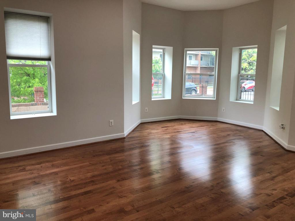 Living room with lots of natural lights - 656 9TH ST NE, WASHINGTON