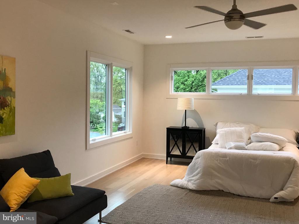 Master bedroom, high windows bring light, privacy - 114 TAPAWINGO RD SW, VIENNA