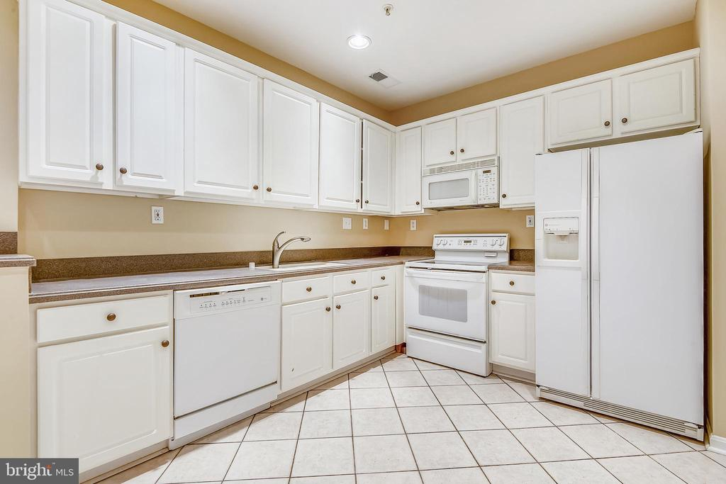Nicely appointed Kitchen w/ ample counter space. - 7016 CLINTON CT #22A, ANNAPOLIS