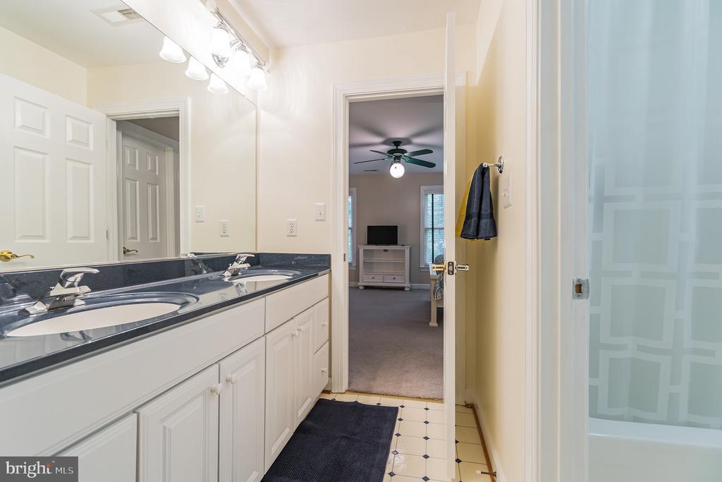 Jack n Jill bath between 3rd & 4th bedroom - 20 WINDSONG WAY, STAFFORD