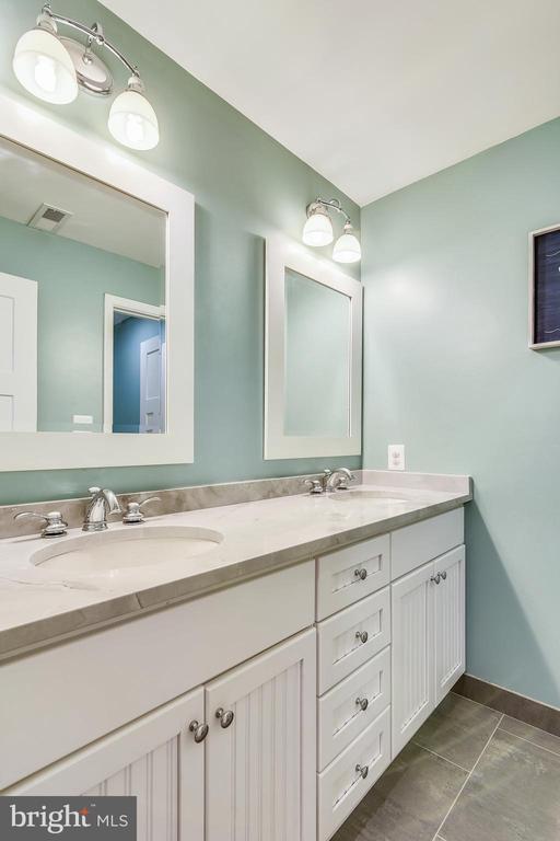 Hallway bathroom (upper level) - 3425 N RANDOLPH ST, ARLINGTON