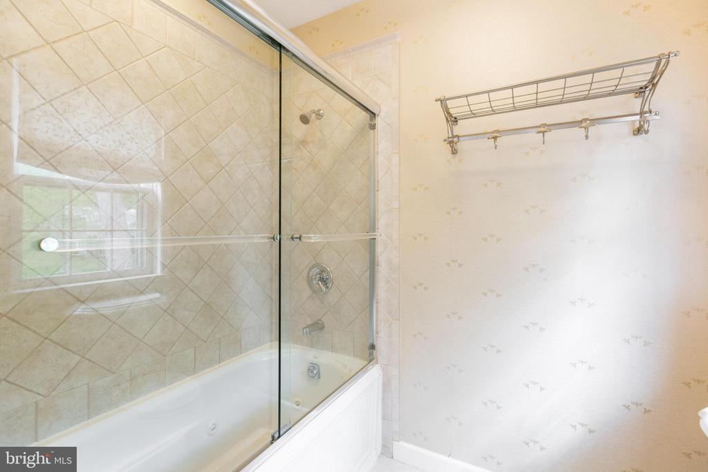 Hall bath shower and jacuzzi - 1020 MONROE ST, HERNDON