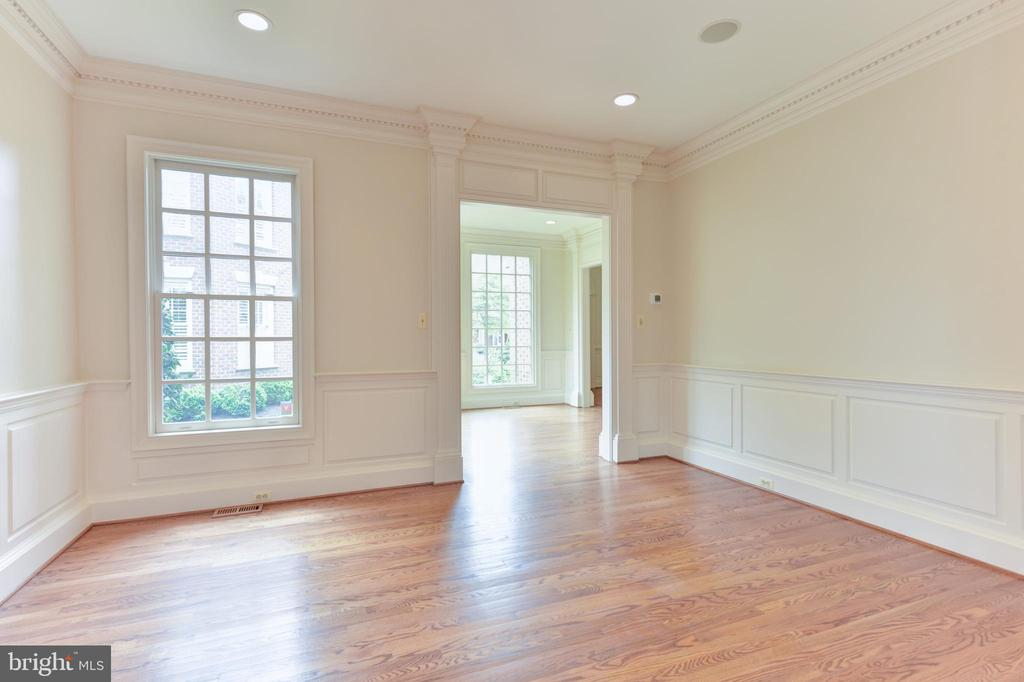 Sun Drenched Living Room with recessed lighting - 3823 N RANDOLPH CT, ARLINGTON