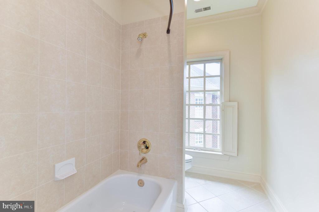 Shared Hall  Bathroom on Upper Level - 3823 N RANDOLPH CT, ARLINGTON