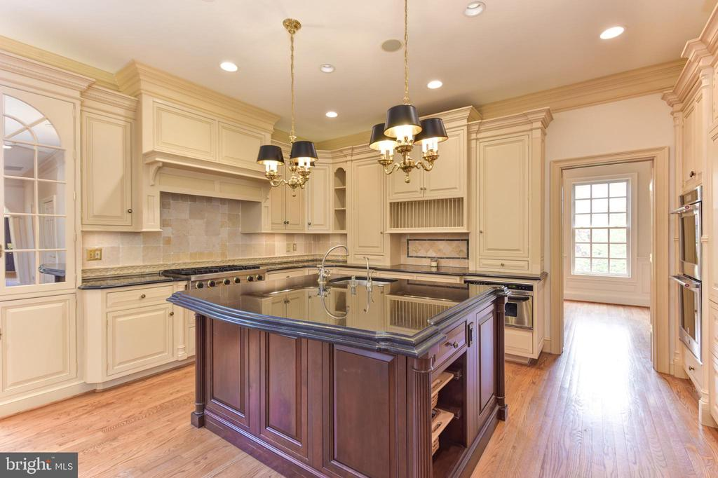 Gourmet Chef's Kitchen with Custom Cabinetry - 3823 N RANDOLPH CT, ARLINGTON