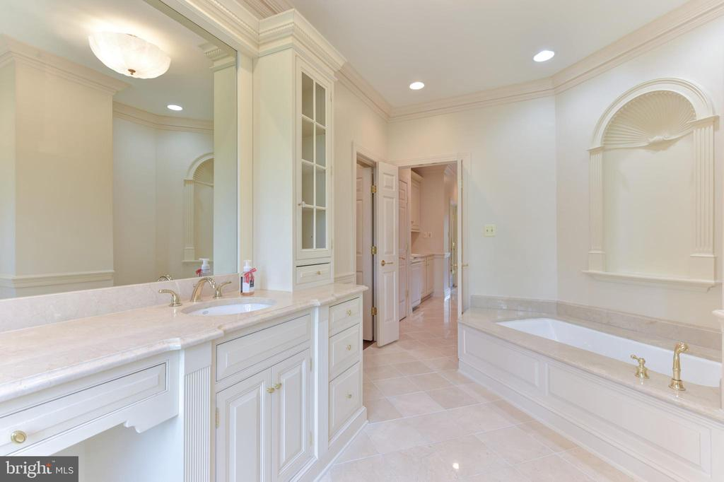 Soaking Tub and Marble Flooring in Master Bathroom - 3823 N RANDOLPH CT, ARLINGTON