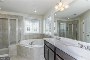 Master Bath w/separate shower & tub - 9410 GEATON PARK PL, LANHAM