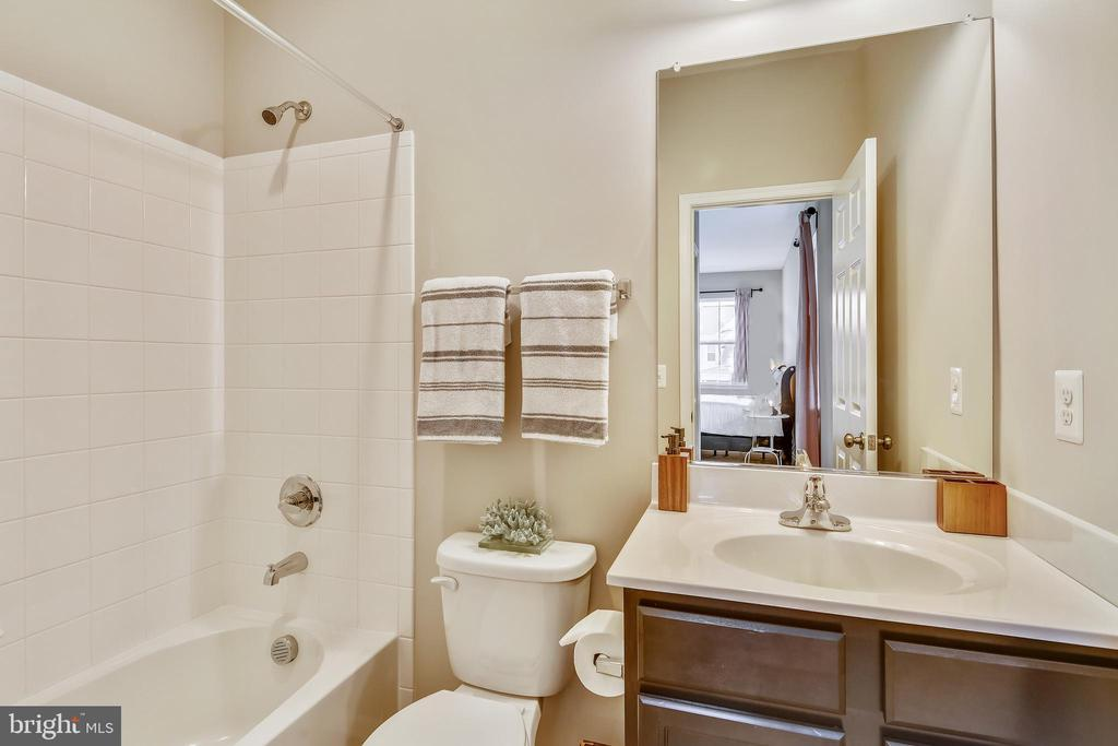 You need a bedroom w an ensuite bathroom upstairs! - 17966 WOODS VIEW DR, DUMFRIES