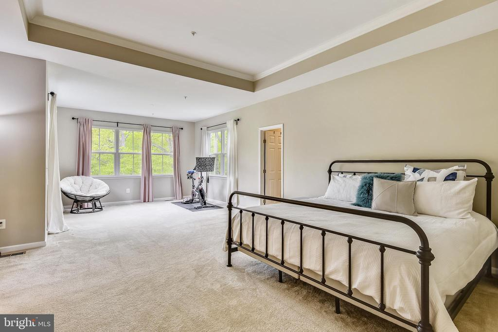 Master bed with sitting area surrounded by trees! - 17966 WOODS VIEW DR, DUMFRIES