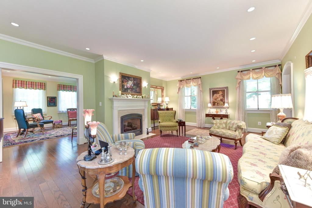 Spacious living room - 5937 TELEGRAPH RD, ALEXANDRIA