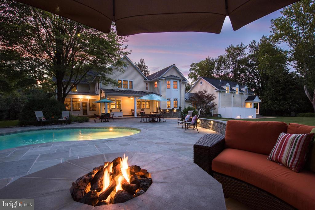 Resort style grounds with gas firepit - 5937 TELEGRAPH RD, ALEXANDRIA