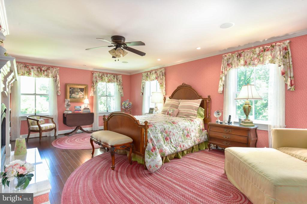 Master bedroom retreat - 5937 TELEGRAPH RD, ALEXANDRIA