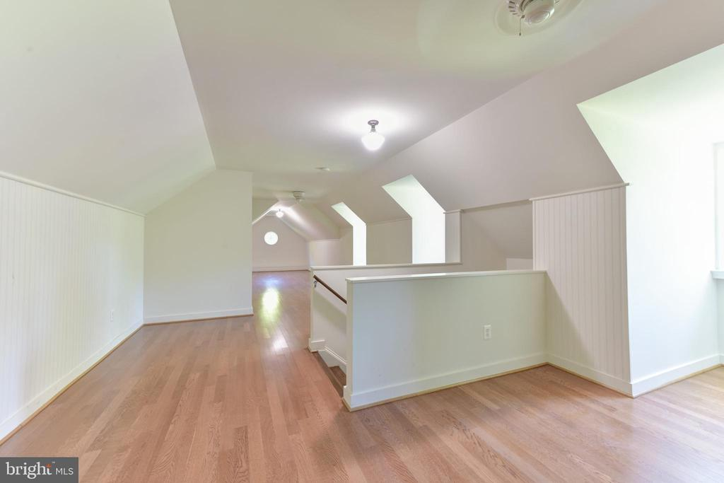 Finished attic perfect for play room or office - 5937 TELEGRAPH RD, ALEXANDRIA