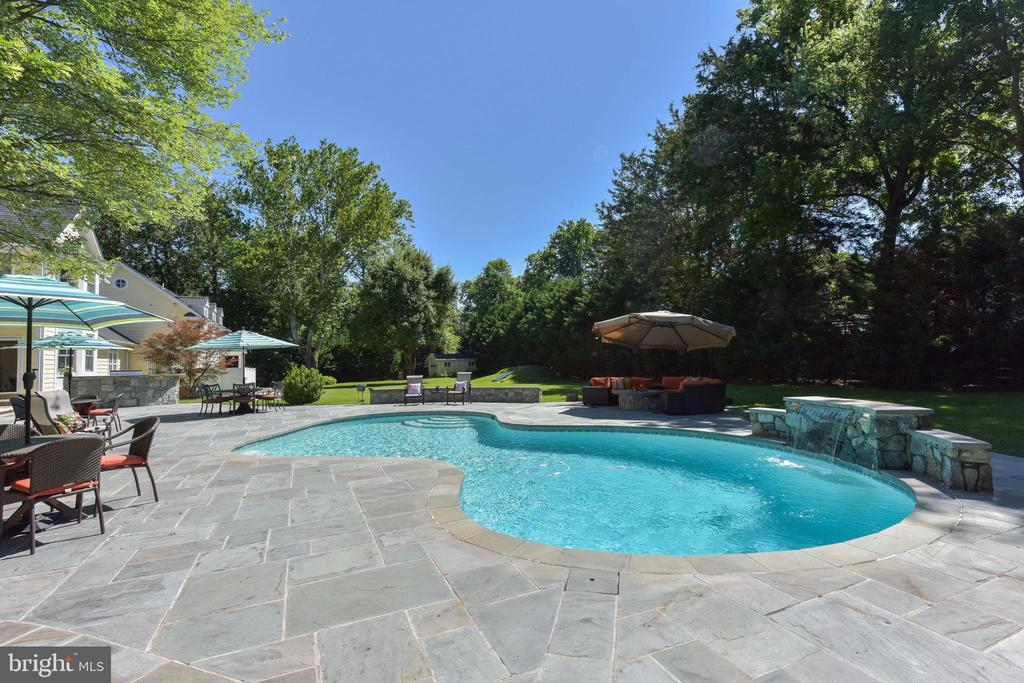 Resort style grounds - 5937 TELEGRAPH RD, ALEXANDRIA