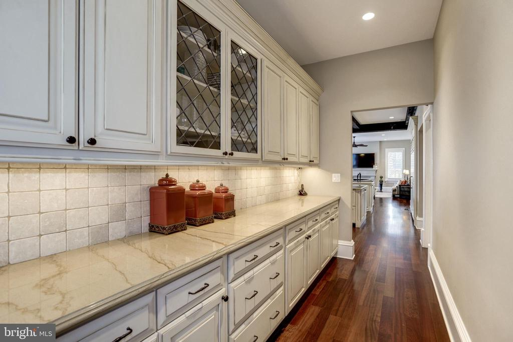 walk in pantry with cabinet storage-how easy? - 6537 36TH ST N, ARLINGTON