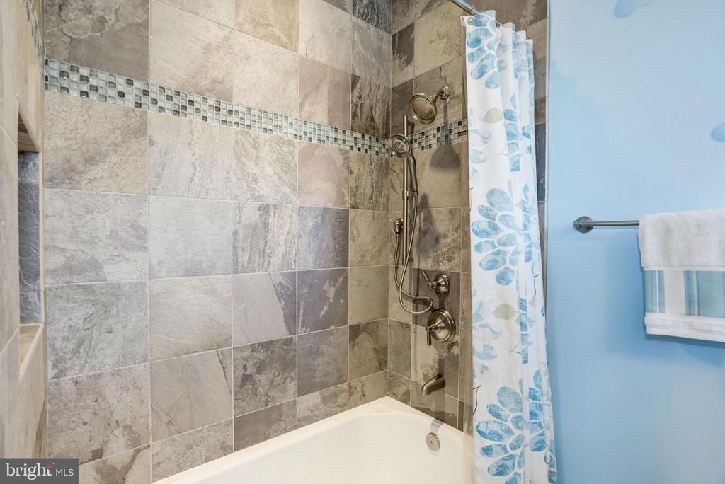 product niches, tile to ceiling in bathtub area - 6537 36TH ST N, ARLINGTON