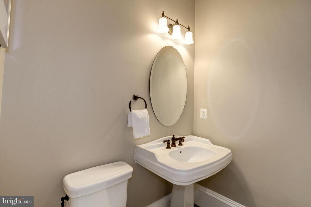 vintage designed pedestal sink with wide edges - 6537 36TH ST N, ARLINGTON