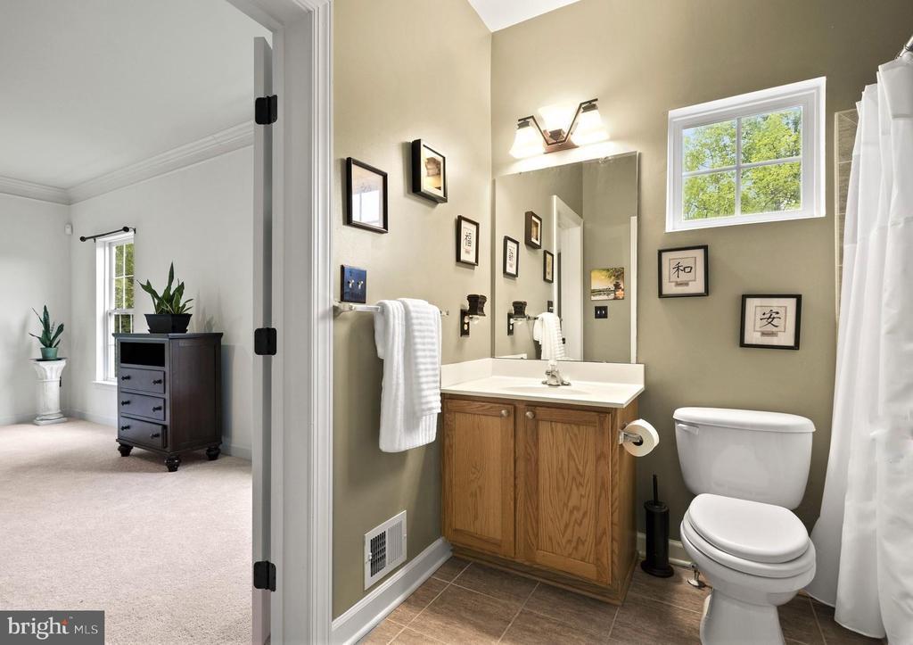 Main Level Full Bathroom with Linen Closet - 5442 EAGLE OWL CT, WALDORF