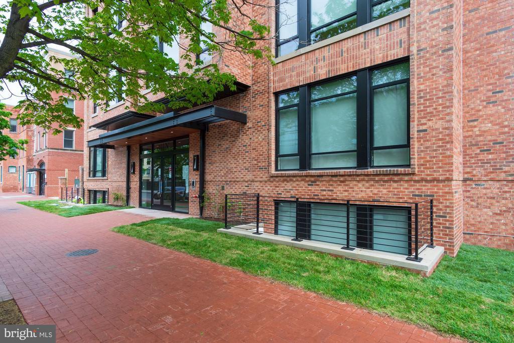 Green sod lawn surrounding the building - 801 N NW #303, WASHINGTON