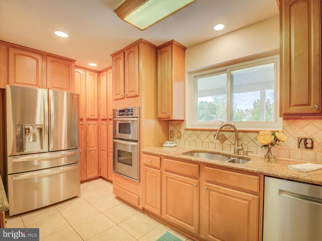 Who Count Resist The Natural Wood Cabinets - 5917 WILD FLOWER CT, ROCKVILLE
