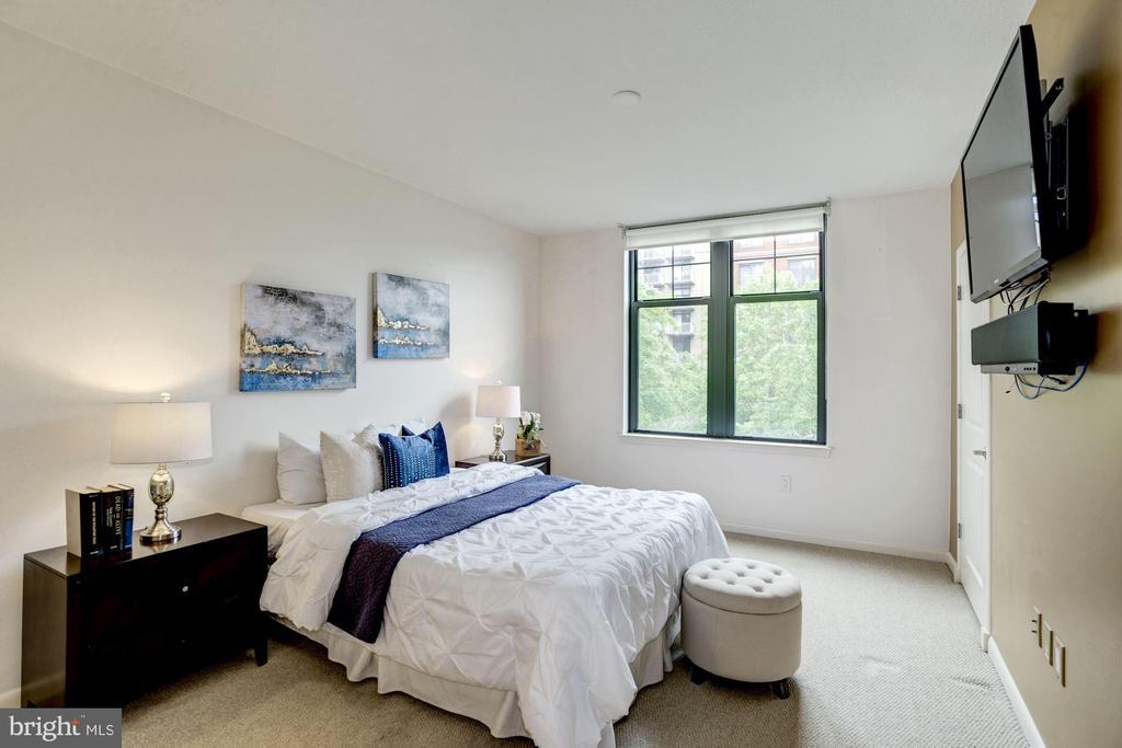 Spacious master bedroom. - 1021 N GARFIELD ST #409, ARLINGTON