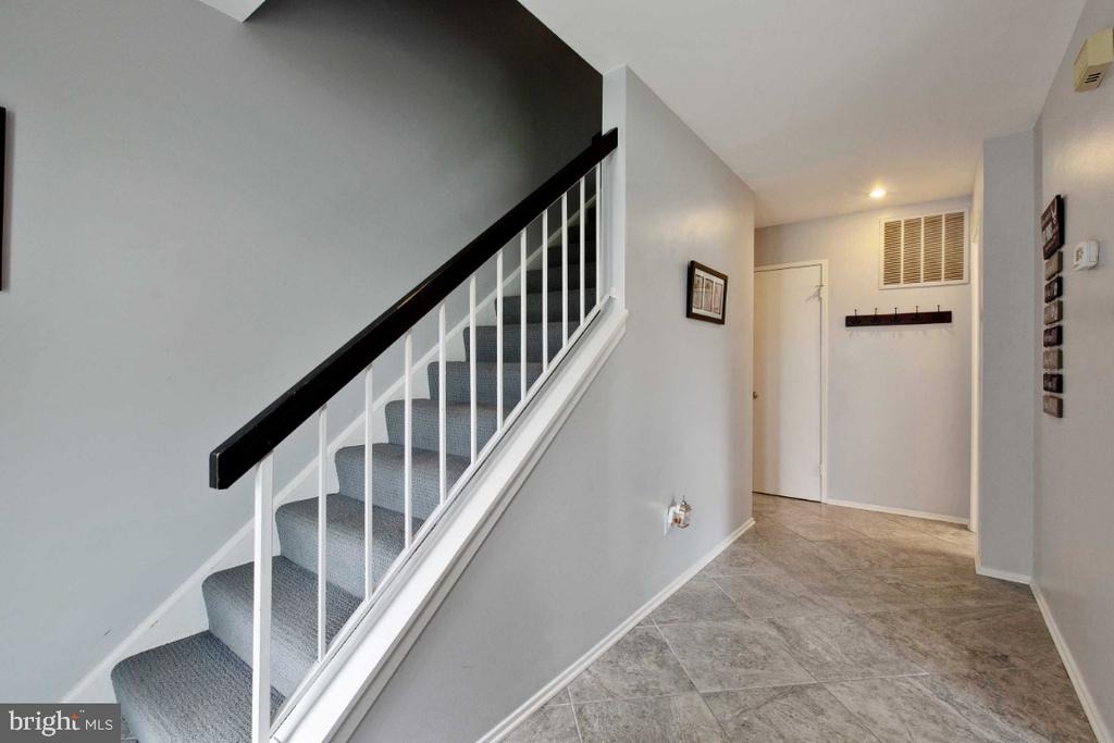Inviting Foyer - 6505 CRAYFORD ST, BURKE