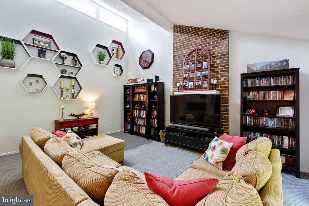 Family Room w/ Fireplace - 6505 CRAYFORD ST, BURKE