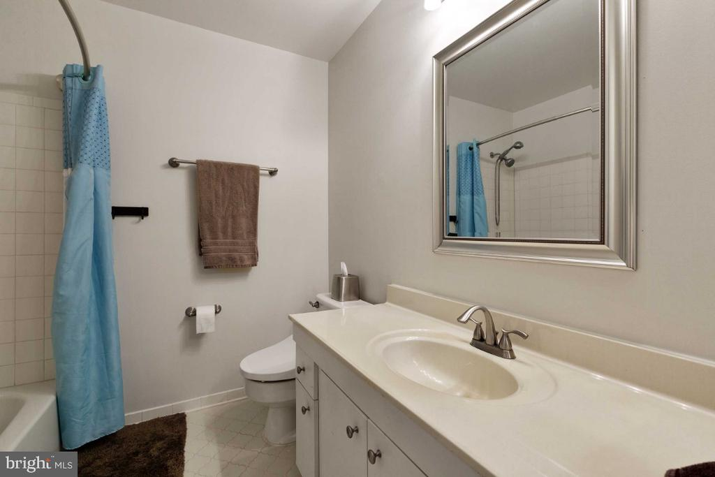 Hall Full Bath - 6505 CRAYFORD ST, BURKE