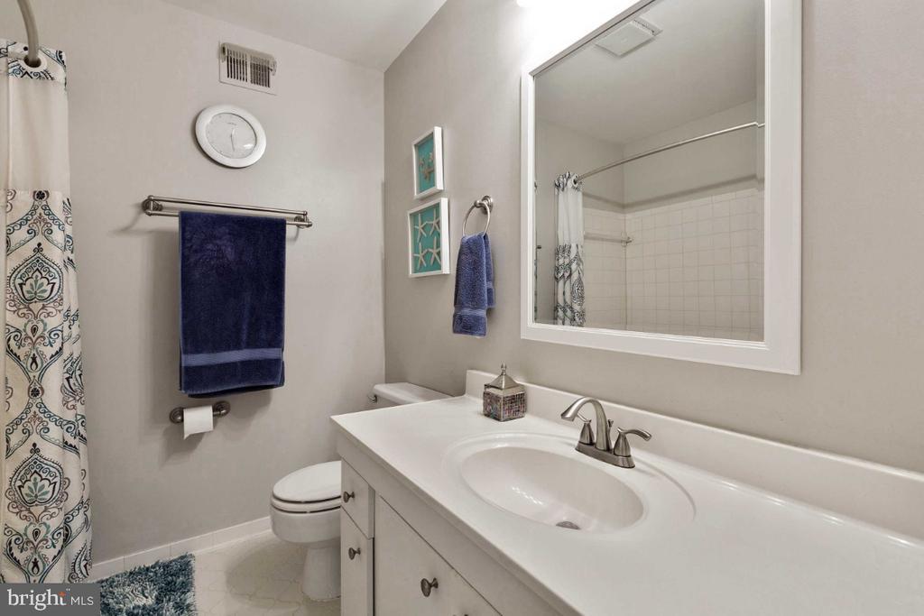Master Bath w/ Bathtub & Linen Closet - 6505 CRAYFORD ST, BURKE