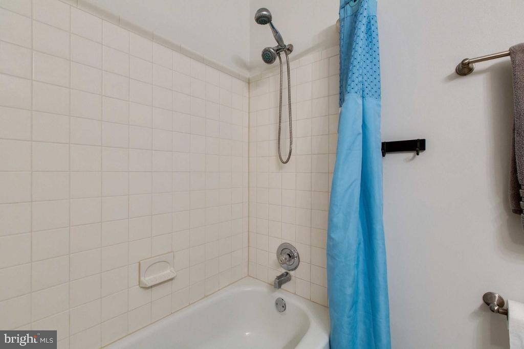 Hall Full Bath w/ Bathtub - 6505 CRAYFORD ST, BURKE