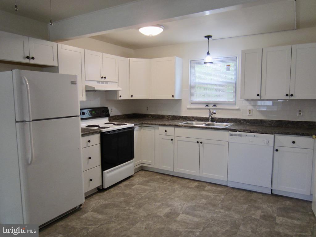 All new counter-tops, cabinets, and sink - 10703 MOCKINGBIRD LN, SPOTSYLVANIA