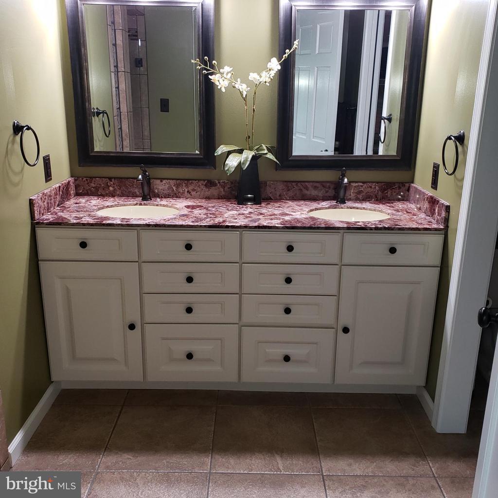 Master Bathroom Double Vanities - 2714 JAY BIRD CT, KNOXVILLE